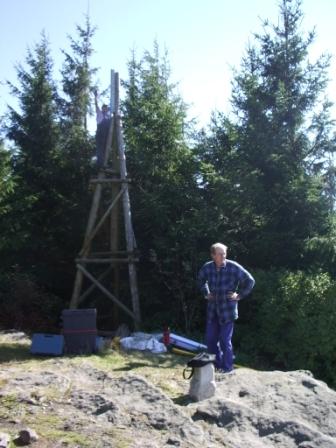 Jarda na trianglu vpravo pracovník montující na triangl meteostanici pro paraglajdisty za 150 tisíc