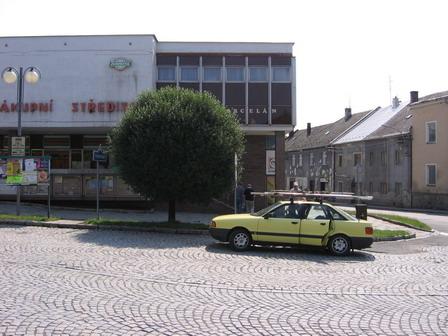 Zastávka u místní ho marketu v Lošticích